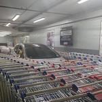 Parkir Sembarangan di Mall, Mobil Ditutupi Troli Belanja