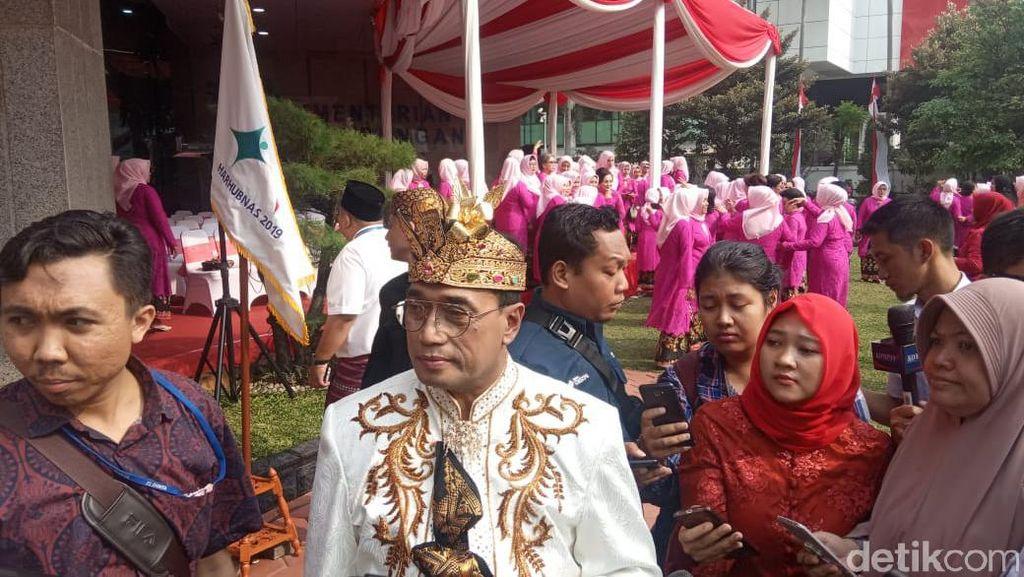 Pakai Baju Adat Bali, Budi Karya Pimpin Upacara Perhubungan