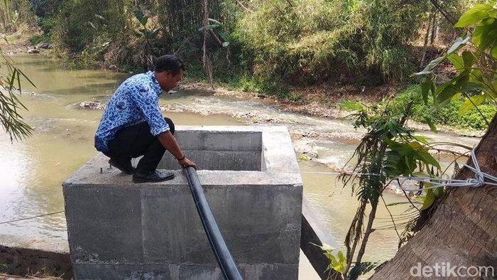 Untuk mengangkat air dari Sungai Elo, warga terlebih dahulu membuat semacam penampung air. Adapun bak penampung air dibuat kotak memanjang ke dalam.