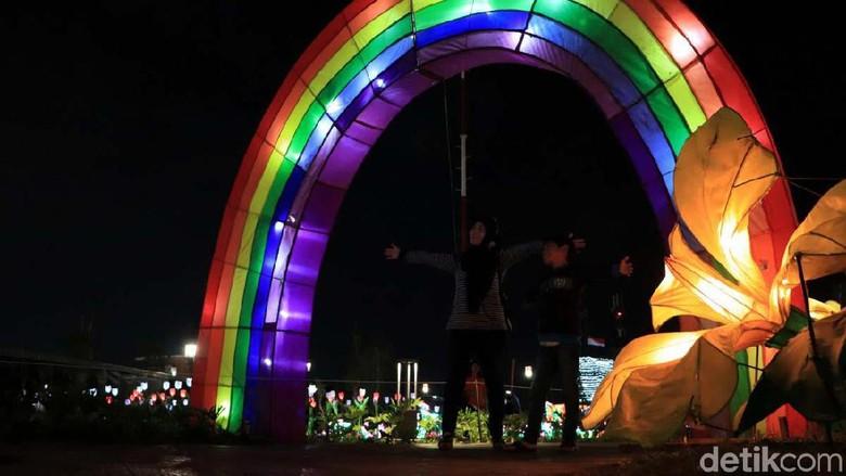 Sejak dibuka 17 Agustus lalu, ruang publik Kiara Artha Park, Kota Bandung, selalu ramai dikunjungi. Begini keseruannya saat menikmati Kiara Artha Park di malam hari.