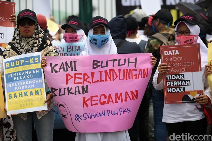 Ratusan aktivis erdemo mendukung RUU P-KS. Aksi ini digelar di saat DPR tengah menggelar rapat paripurna pengesahan UU KPK.