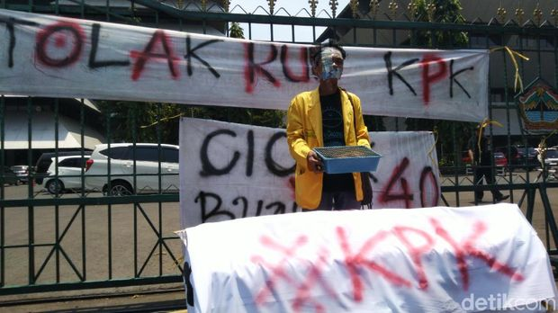 Mahasiswa di Semarang Bawa Keranda dan Tikus Tolak Revisi UU KPK
