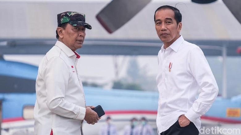 Naik Heli, Jokowi Tinjau Lokasi Karhutla di Riau