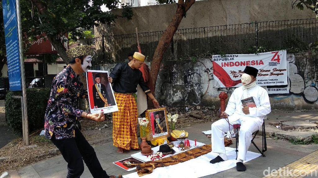 Pertunjukan Jalanan Seniman Bandung untuk BJ Habibie
