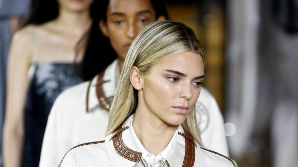 Berambut Pirang, Kendall Jenner Nyaris Tak Dikenali di Catwalk Burberry