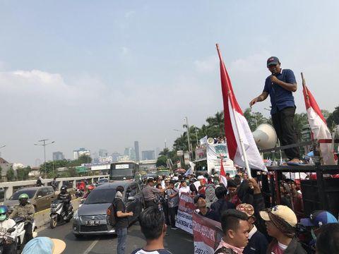 Demo Massa Pro dan Kontra RUU P-KS di Depan Gedung DPR Bikin Macet