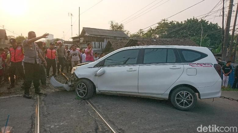 Mobil Tertabrak Kereta di Perlintasan Cilegon, Penumpang Terluka