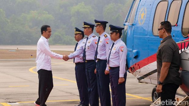Jokowi naik helikopter tinjau lokasi karhutla /