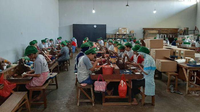 Karyawan pabrik rokok/Foto: Akrom Hazami/detikcom