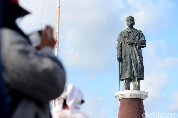 Monumen Panglima Besar Jenderal Soedirman berdiri kokoh di Pulau Ndana, Rote, NTT. Monumen tersebut diresmikan pada Agustus 2010 lampau.