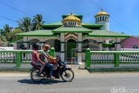 Masjid Annur, menjadi salah satu dari sedikit masjid yang ada di Pulau Rote, NTT. Aktivitas masjid ini berjalan normal meski dikelilingi sejumlah gereja.
