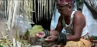 Ritual Nondoi dipimpin oleh Mulang atau dukun adat. Dalam memimpin ritual, Mulang mengenakan taring bernama Sabang Sambit. Dalam bahasa Paser, Belian berarti Taring yang bisa menyembuhkan. (dok. Helena/Istimewa)