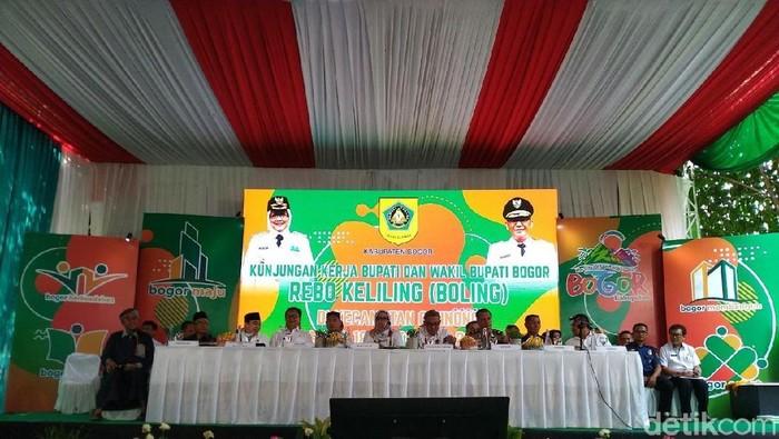 Bupati Bogor Ade Yasin saat acara Rebo Keliling (Boling), di Kantor Kecamatan Cibinong, Kabupaten Bogor, Rabu (18/9/2019). (Sachril Agustin Berutu/detikcom)