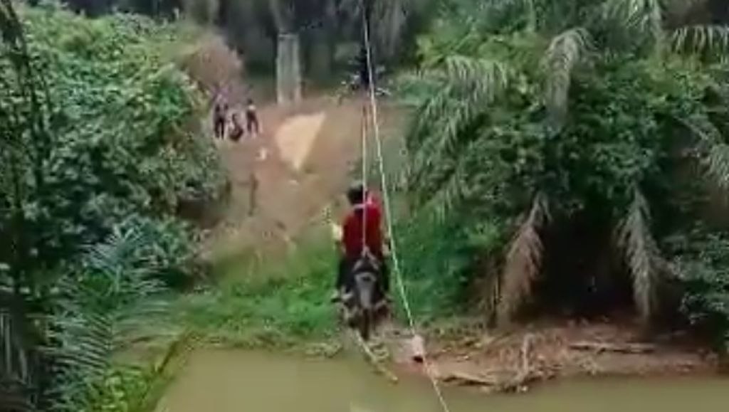 Warga Rohul Riau Flying Fox Motor, Apakah Tak Ada Jembatan?