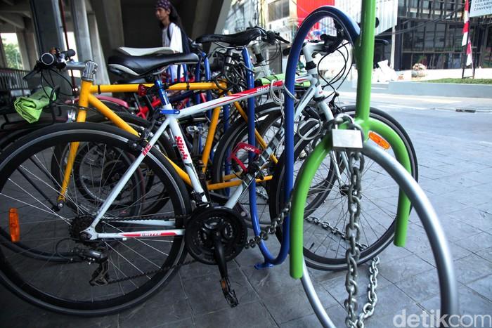 Tempat parkir sepeda tersebut gratis