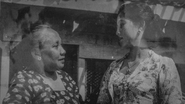 Srimulat (kiri) ambruk saat mentas di Banyuwangi.