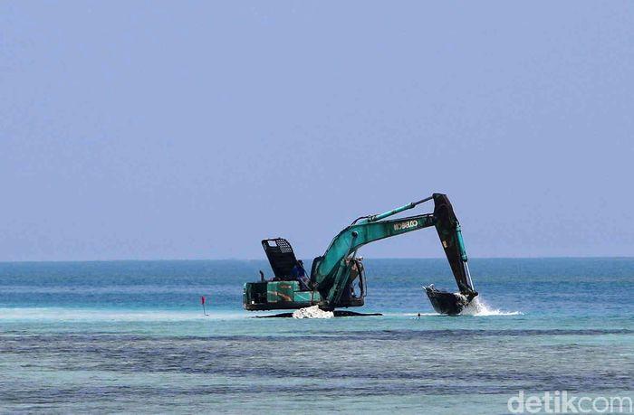 Ekskavator melakukan pengerukan di lokasi yang akan dibangun tanggul laut di kawasan Pulau Panggang, Kepulauan Seribu, Rabu (18/9/2019).