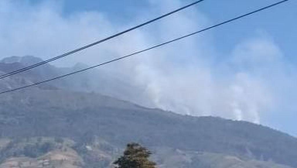 Kebakaran Belum Padam, Kepulan Asap Masih Menyelimuti Gunung Merbabu