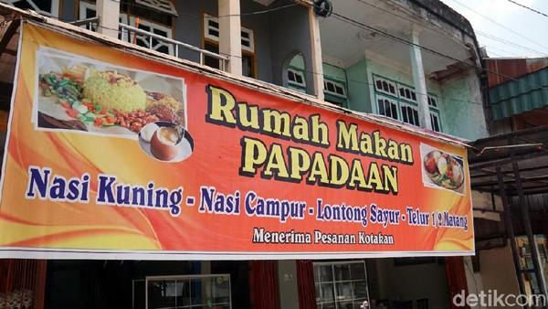 Inilah RM Papadaan yang sudah ada di Penajam Paser Utara sejak tahun 1984. Di sini, traveler bisa menikmati nasi kuning khas Kalimantan yang lezat. (Wahyu Setyo/detikcom)