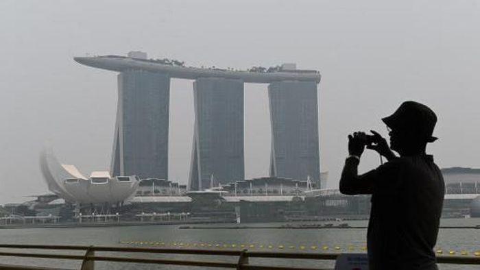 Kabut asap menggelayut di langit Singapura (Roslan RAHMAN / AFP)