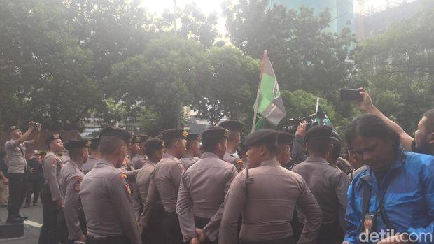Tolak Irjen Firli, Massa Aksi di KPK Dorong-dorongan dengan Polisi