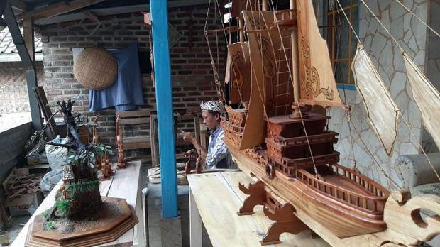Kerajinan miniatur kapal pinisi