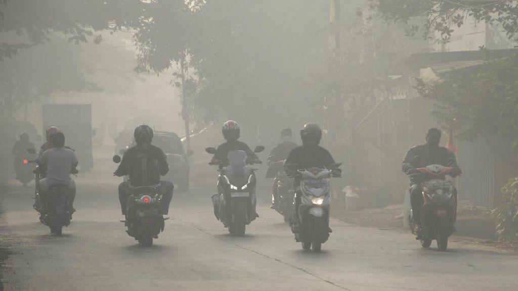 Kabut Asap Landa Makassar Akibat Kebakaran di TPA Antang