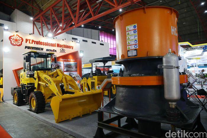Alat-alat berat dipamerkan di Indonesia Energy and Engineering Series Exhibition.