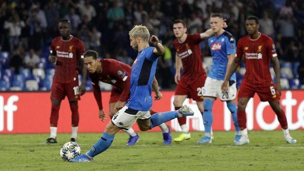 Napoli kalahkan Liverpool 2-0.