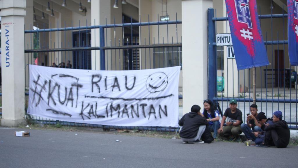 Spanduk Solidaritas untuk Korban Karhutla di Laga Persib Vs Semen Padang