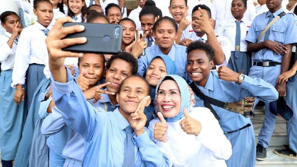 Bupati Tatu Jamin Layanan Terbaik untuk Pelajar Papua di Serang