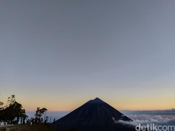 Selain awan yang bergulung, suguhan paling mencolok adalah pemandangan Gunung Inerie. Dari menara pandang, siluet Gunung Inerie tampang syahdu dan teduh. (Aji Bagus/detikcom)
