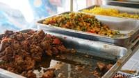 Untuk harga, seporsi nasi kuning dengan 2 lauk dibanderol sebesar Rp 25 ribu saja. Harganya cukup terjangkau, sesuai dengan rasanya yang lezat. (Wahyu Setyo/detikcom)