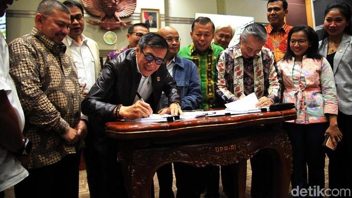 Pemerintah-DPR saat menyetujui RUU KUHP disahkan dalam pembicaraan tingkat I. Namun Presiden Jokowi setelahnya meminta pengesahan ditunda. (Foto: Lamhot Aritonang)