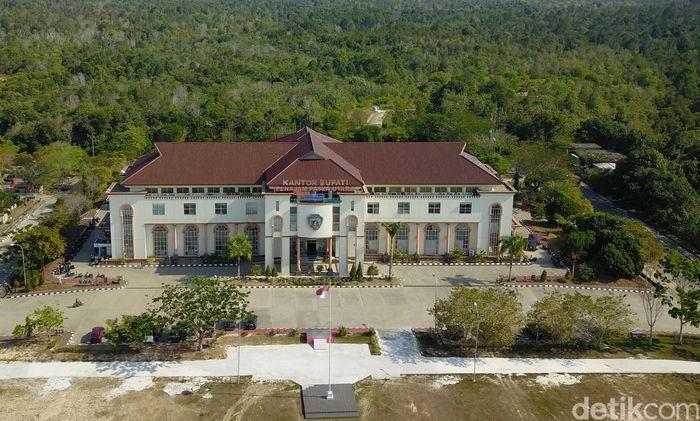 Kantor Pemerintah Kabupaten Penajam Paser Utara (PPU) terletak di satu kompleks. Kantor Bupati hingga Gedung DPRD PPU terletak di Jalan Penajam-Kuaro, Kelurahan Nipah-Nipah, Kecamatan Penajam. Kompleks pemerintahan itu pun dikelilingi oleh hutan.