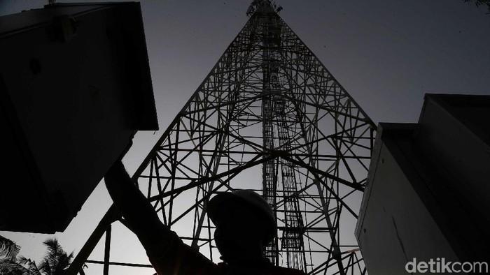 Warga beraktivitas dengan latar belakang Tower Bersama Infrastructure Tbk (TBIG) saat melakukan perawatan rutin tower di pulau Panggang,Tidung dan Untung Jawa, Kepulauan Seribu, Rabu, (18/9/). PT Tower Bersama Infrastructure Tbk (TBIG) memiliki 26.713 penyewaan dan 15.344 site telekomunikasi tersebar di seluruh indonesia, ditargetkan akan menambah 3000 penyewaan di tahun 2019 dengan tujuan membantu komunikasi demi memajukan pariwisata Indonesia khusus yang di Pulau Seribu.