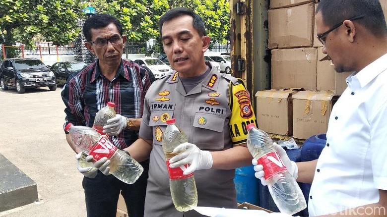 Polisi Amankan 1 Truk Bermuatan Miras Oplosan di Kota Bandung