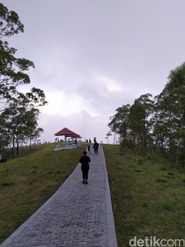 Akses menuju Bukit Wolobobo juga cukup baik. Jalan beraspal dan paving block sudah rapih sampai puncak bukit. (Aji Bagus/detikcom)