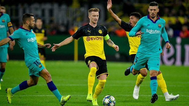 Marco Reus (tengah) memiliki kesempatan emas untuk mencetak gol, tapi gagal.