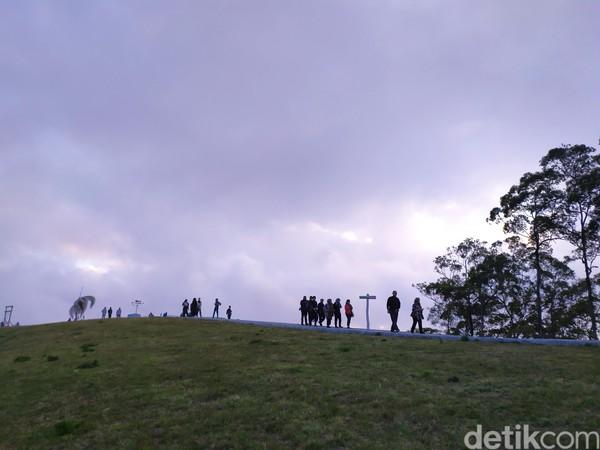 Tak cuma punya wajah cantik, Bukit Wolobobo juga berudara sejuk. Karena berada di ketinggian, traveler bisa membawa jaket untuk mengindari angin yang cukup kencang. (Aji Bagus/detikcom)