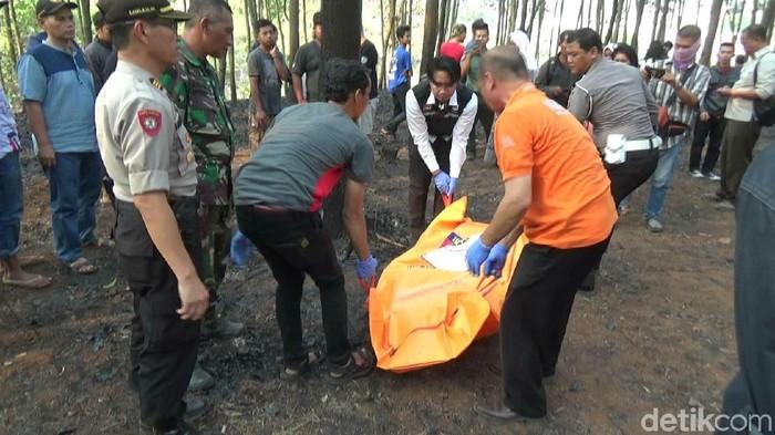 Pekerja tewas terbakar saat membakar sampah di lahan Perhutani Purwakarta. (Dian Hermansyah/detikcom)