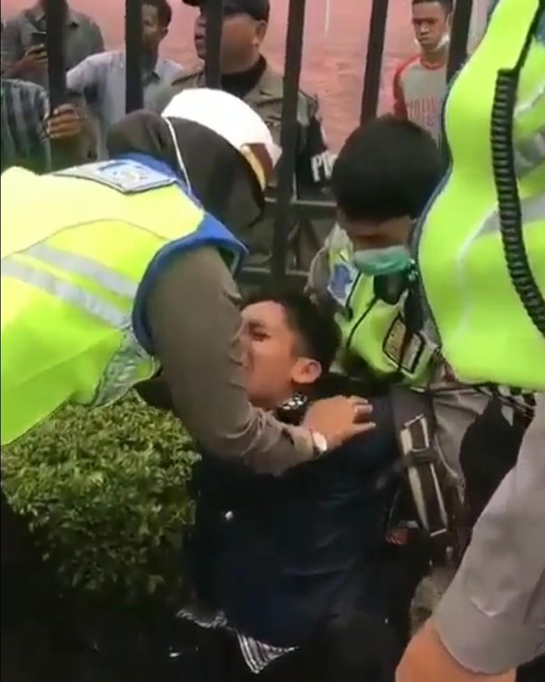 Teriak-teriak di Depan Kantor Gubernur Kalbar, Pria Gangguan Jiwa Diamankan