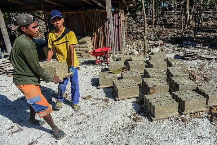 Para pekerja membuat batako di Desa Busalangga, Rote Barat Laut, Nusa Tenggara Timur.