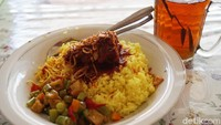 Nasi kuning khas RM Papadaan ini wajib dicoba kalau traveler melancong ke ibu kota baru, Penajam Paser Utara di Kalimantan Timur. (Wahyu Setyo/detikcom)