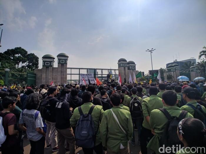 Mahasiswa berdemo di gedung DPR/MPR menolak RKUHP dan UU KPK yang baru direvisi. (Jefrie Nandy/detikcom)
