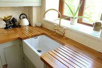 Dapur minimalis dengan elemen kayu.