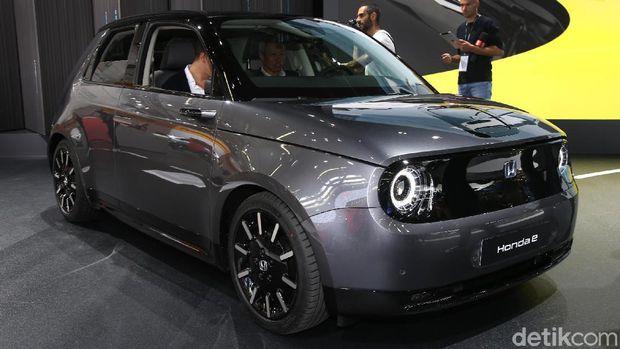 Honda memamerkan mobil listrik Honda e di Frankfurt Motor Show, September 2019.