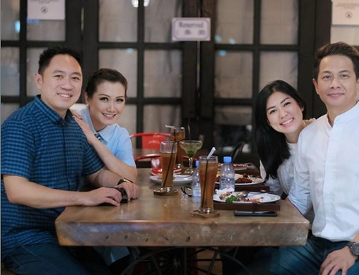 Kompak mengenakan baju serba putih, Aida dan Delon nampak menikmati makan bersama temanya ini. Foto: Instagram @aimutz