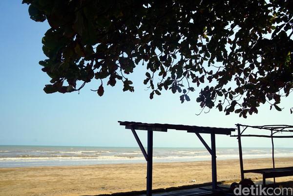 Banyak gazebo yang bisa traveler pakai buat duduk-duduk. Santai sejenak di pantai ini damai sekali. (Wahyu Setyo/detikcom)