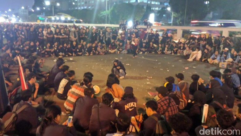 Massa Tolak RUU KUHP Masih Bertahan di Depan DPR, Gelar Teatrikal di Jalan